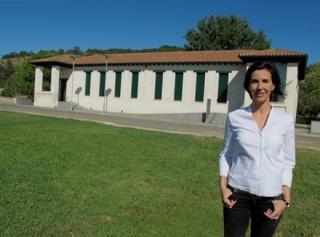 Rosa Yagüez ante la primera sede de la Fundación Cerezales Antonino y Cinia