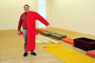 Franz Erhard Walther in der Installation seiner Probenähungen, 1960-2003, im Kubus von Situation Kunst 2013, Foto: Thorsten Koch, © Franz Erhard Walther / VG Bild-Kunst 2013